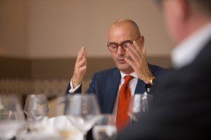 Dr. Stefan Wachtel (ExpertExecutive) hält die Laudatio auf Dr. Elmar Degenhart